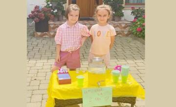 Gest emoționant. Două fetițe din Botoșani au vândut limonadă în stradă și au donat banii pentru ajutorarea copiilor