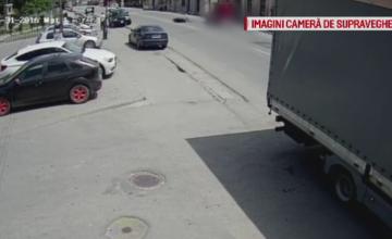 Accident filmat in Bistrita. Un motociclist a ajuns in coma la spital din cauza unui sofer care a intors pe linie continua