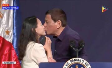 Preşedintele din Filipine a sărutat o femeie pe gură la un eveniment: \