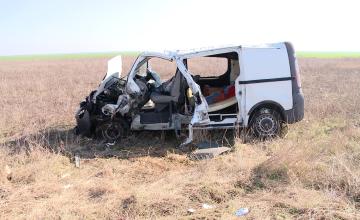 Accident grav langa Carani. O dubita s-a rasturnat dupa ce s-a ciocnit cu un utilaj agricol. Trei persoane au ajuns la spital