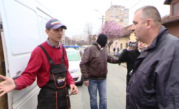 VIDEO! Microbuz blocat in trafic de politistii de frontiera, la Timisoara. Soferul ascundea 7 baxuri de tigari de contrabanda