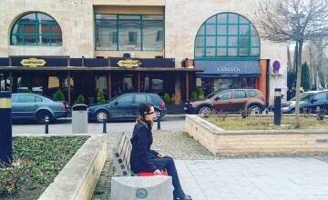 O tanara care statea nemiscata si legata la ochi pe o banca in Alba Iulia a starnit ingrijorare printre trecatori. FOTO