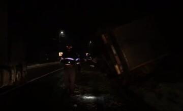 Un şofer de TIR a făcut dezastru pe Dealul Negru. Ce ar fi încercat să evite