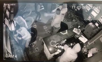 Jaful armat de la cazinou, filmat. Momentul în care mascații lovesc angajații și fură banii