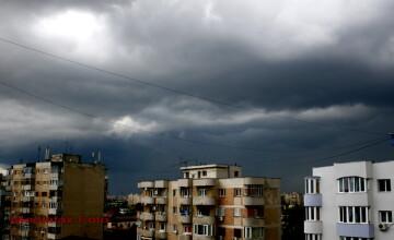 VIDEO. S-a facut noapte, ziua in amiaza mare, in Bucuresti. Oamenii au fugit disperati din stranduri