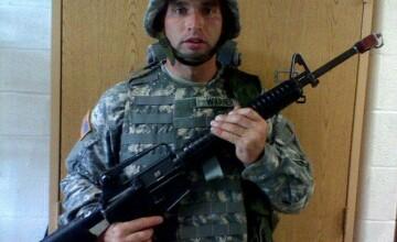 Ce s-a intamplat cu soldatul din imagine dupa ce a scris un mesaj pe Facebook. S-a cerut ajutorul intregului oras