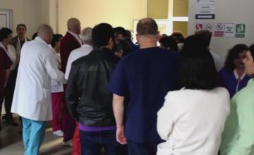 150 de medici si asistente de la Spitalul din Satu Mare, protest in curte. Acestia acuza conducerea de lipsa medicamentelor