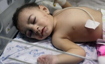 Un bebeluș a fost găsit în viață la pieptul mamei sale moarte, după un atac israelian în Gaza