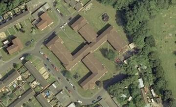O cladire din Anglia are forma unei svastici atunci cand e privita din aer
