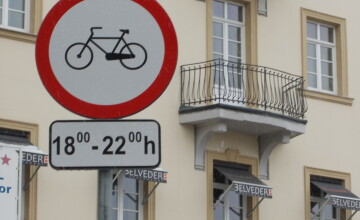 Interzis sau nu? Semnele de circulatie inca restrictioneaza accesul biciclistilor in Piata Victoriei