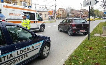 A parcat pe trotuar, dar s-a trezit cu mașina în stradă. Pățania unei șoferițe din Târgoviște