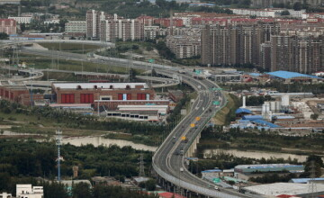 Chinezii au construit din greseala un bloc in mijlocul unei autostrazi