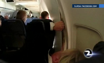 Un avion a efectuat o aterizare de urgenta, dupa ce un panou din peretele cabinei s-a desprins. VIDEO