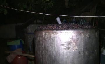 Trei persoane, gasite moarte in beciul casei. S-au intoxicat cu gazele emanate de mustul din butoaie