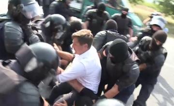 Un parlamentar român a fost agresat de forțele de ordine din R. Moldova, la marșul unioniștilor. VIDEO