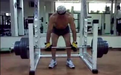 Un batranel de 82 de ani a umilit un musculos profesionist: Face indreptari cu o greutate RECORD! VIDEO