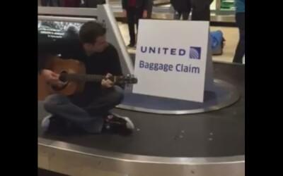 Genial! Motivul pentru care acest barbat s-a pus pe banda pentru bagaje! Ce melodie canta