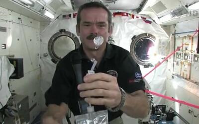 Cum se spala pe maini astronautii in spatiu: VIDEO