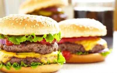 Cum esti pacalit de fiecare data fara sa stii: Ce trucuri folosesc restaurantele fast-food pentru a ne face sa mancam mai mult