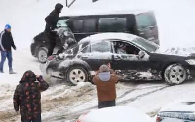 Cum si-a scos un sofer Mercedesul din zapada, in Sibiu. Toata lumea s-a oprit sa-l filmeze. VIDEO