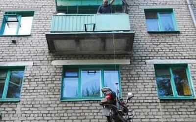 Se poate, si-a parcat motocicleta la etajul 3, in fata balconului: VIDEO