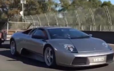 Cand iti iei Lamborghini, dar nu-ti mai raman bani si pentru duba de carat animalele :)) Un sofer si-a pus remorca la bolidul de 300.000