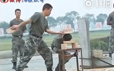 Antrenamentele incredibile ale unor soldati chinezi: sparg caramizi cu capul si indoaie fiare cu mainile goale