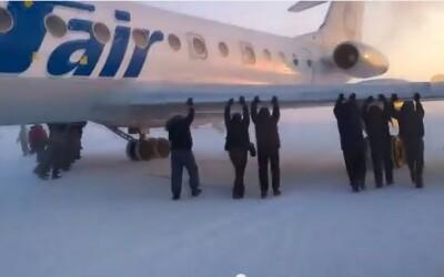 Au impins avionul al carui tren de aterizare inghetase! VIDEO
