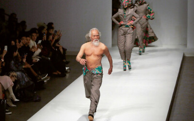Are 80 de ani, e model si e innebunit dupa muzica tehno. Cel mai hot bunic din lume face senzatie la prezentarile de moda