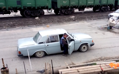 Doar in Rusia poti vedea asa ceva. Cati oameni coboara din aceasta masina :) VIDEO