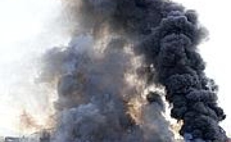 Incendiu intr-o tabara de romi din Italia. Traficul aerian, blocat. VIDEO