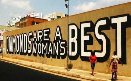 Cel mai mare exportator de diamante din Africa de Sud s-a trezit cu un mesaj neasteptat pe ziduri