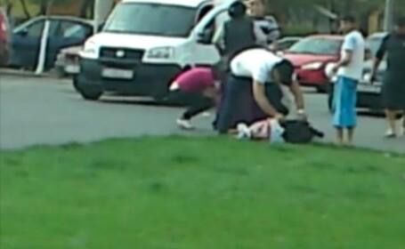 Imagini revoltatoare la Craiova. O femeie lovita de masina este jefuita apoi de martori. VIDEO