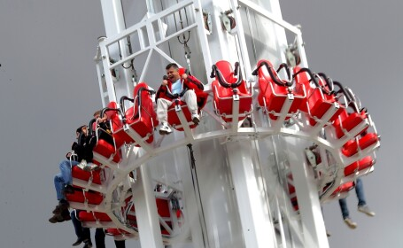 Catapultare la 50 metri in 4 secunde. VIDEO. Ce au facut bucurestenii in parcurile de distractii