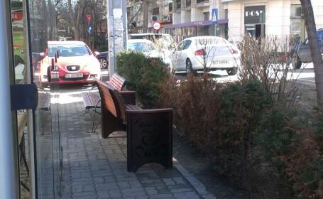 Imaginea de pe strazile din Bucuresti devenita viral. Cum a fost montata aceasta banca pe trotuar