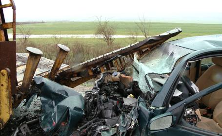 Un barbat si-a pierdut viata, dupa ce masina in care se afla a intrat din plin intr-o autoutilitara