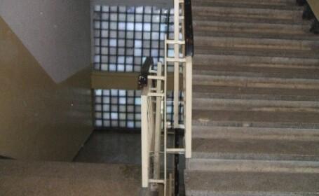 Cadavrul unui tanar injunghiat, gasit in scara unui bloc din sectorul 6