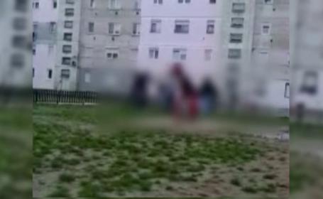 VIDEO. Un tanar de 16 ani, calcat in picioare de 7 indivizi intr-un scandal care ar tine de o fata