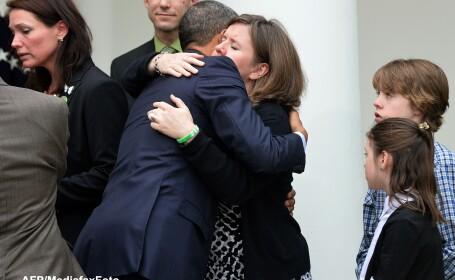Barack Obama cu mama victimei atacului armat din Newton