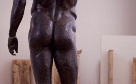 Doua statui nud, retrase de la o expozitie din Doha: partea din fata le-ar fi scandalizat pe femei