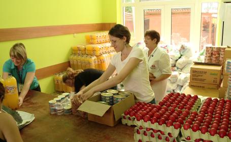 Pastele saracilor. 600 de familii din Timisoara au primit pachete cu mancare de la cantina sociala