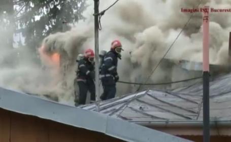Patru case au ars in Capitala, intr-un incendiu provocat de unul dintre proprietari. Vecinii spun ca e a treia oara