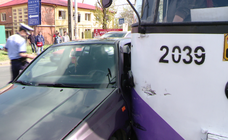 Accident grav in Timisoara, cu o ambulanta care transporta un pacient la spital. Salvarea a trecut pe rosu la semafor