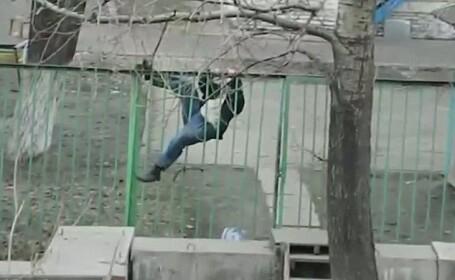 Momentul in care un rus turmentat are in fata un gard de fier. Continuarea a amuzat intreg internetul. VIDEO