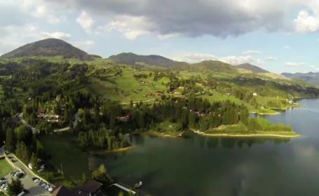 Lacul Colibita, oaza de liniste din mijlocul Transilvaniei. Cum arata un bungalou retras, cu acces la ponton