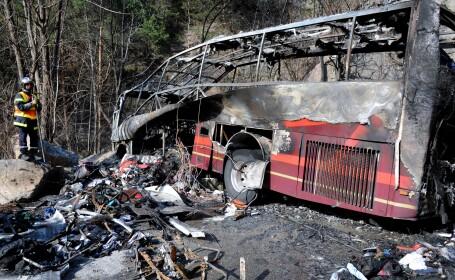 Epava autocarului care a luat foc langa l'Alpe d'Huez