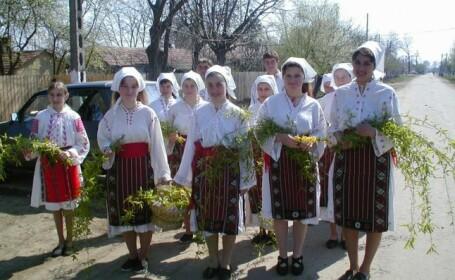 Sâmbăta lui Lazăr, tradiţii şi obiceiuri: De ce împart gospodinele plăcinte, iar tinerele plantează flori