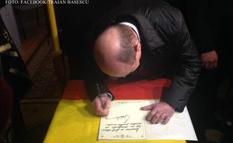 Traian Basescu la Soroca, semneaza in cartea de oaspeti