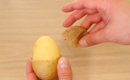 Trucuri pentru bucatarie. Metoda extrem de usoara si rapida prin care se poate curaja de coaja un cartof. VIDEO