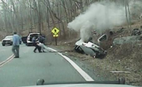 Interventie salvatoare in New Jersey. Doi politisti au scos o soferita dintr-o masina chiar inainte ca sa explodeze